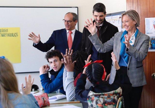 El consejero de Educación, Van Grieken, durante una visita a un centro escolar