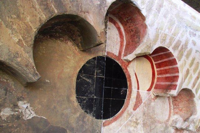 Restos cromáticos en arco polilobulado de la cara Oeste de la Giralda