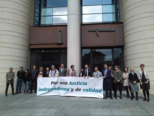 Concentración de jueces y fiscales en Pamplona