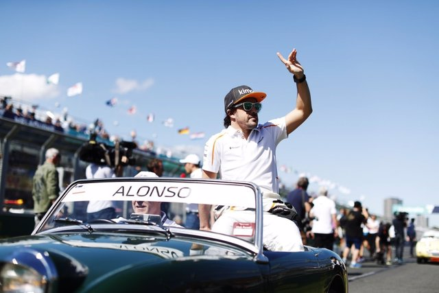 Fernando Alonso (McLaren) saluda a la muchedumbre