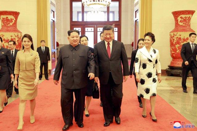 Kim Jong Un y Xi Jinping y sus respectivas esposas