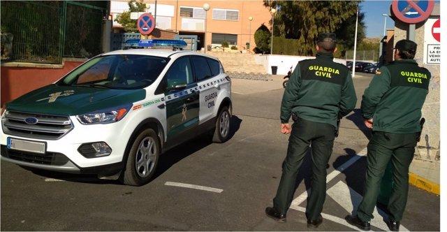 Dos agentes y un coche en una imagen de archivo