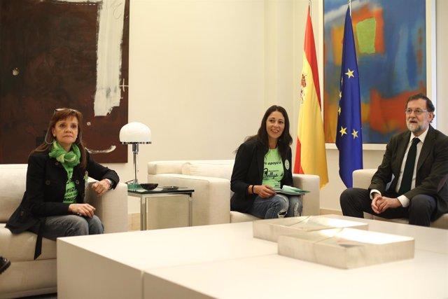 Rajoy recibe a una representación del colectivo de las camareras de piso