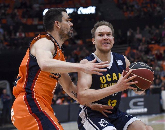 Rafa Martínez (Valencia Basket) y Brad Oleson (UCAM Murcia)