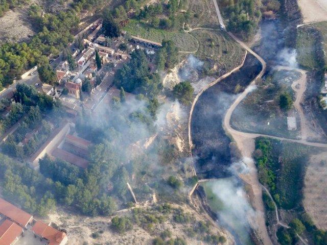 Bomberos controlan incendio junto a la ladera del castillo de Jumilla