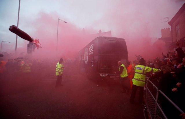 El autobús del City recibe un aluvión de objetos en Anfield