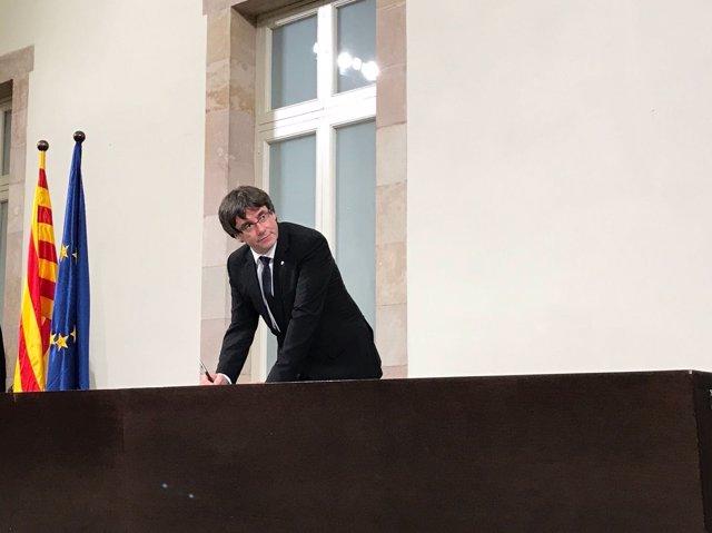 Carles Puigdemont firma la declaración de su compromiso con la independencia
