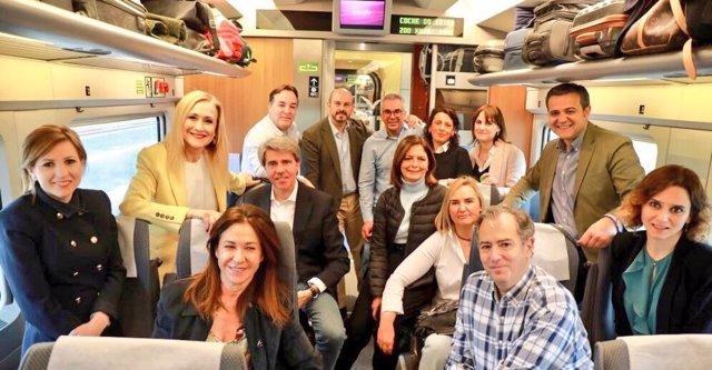 Cifuentes viaja en el AVE dirección a Sevilla
