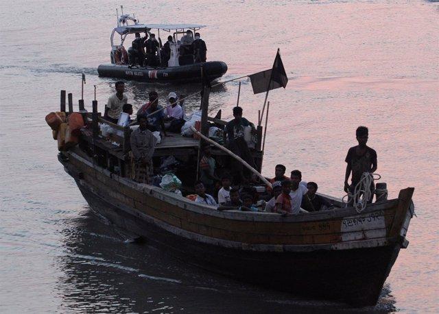 Foto de archivo de refugiados rohingya llegando a Malasia por mar.