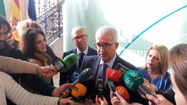 Jiménez Barrios ante los micrófonos de periodistas en Jerez