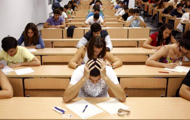 Estudiantes en pelno examen.