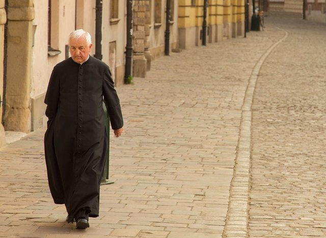 Un cura andando por la calle