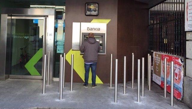 Cajero de Bankia con pivotes antimendigo