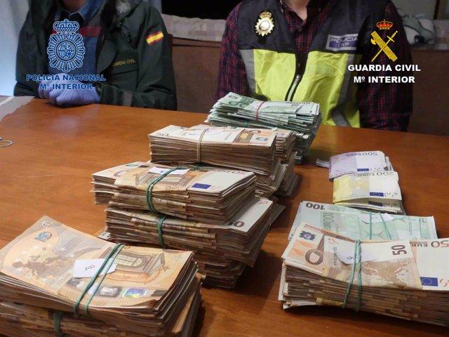 Recuento de dinero de una operación de la Policía Nacional y la Guardia Civil