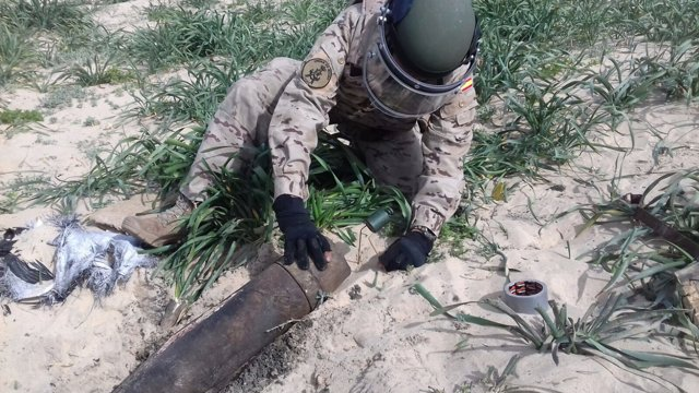 Un efectivo de la Armada con un explosivo hallado en Sanlúcar