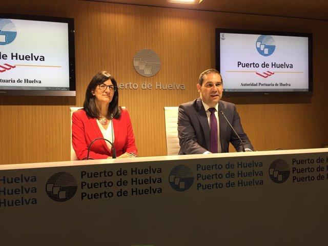 El presidente del puerto de Huelva, José Luis Ramos, y la rectora de la UHU.