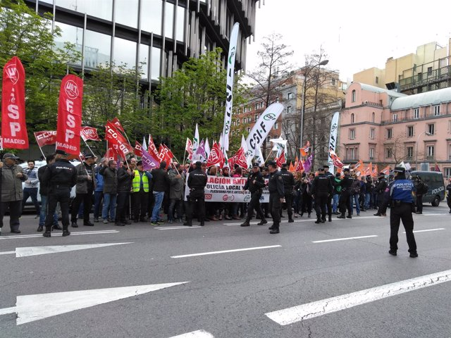 Policías locales se manifiestan frente a la Delegación del Gobierno