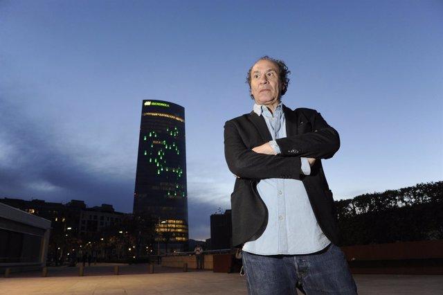 El artista ante su creación en Bilbao.