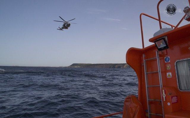 Foto de archivo de operativo de Salvamento Marítimo con la Gadir cerca de Tarifa