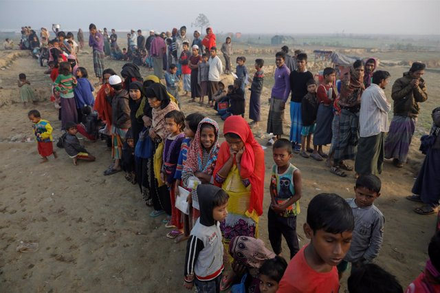 Refugiados rohingya esperan a recibir comida en Nayapara