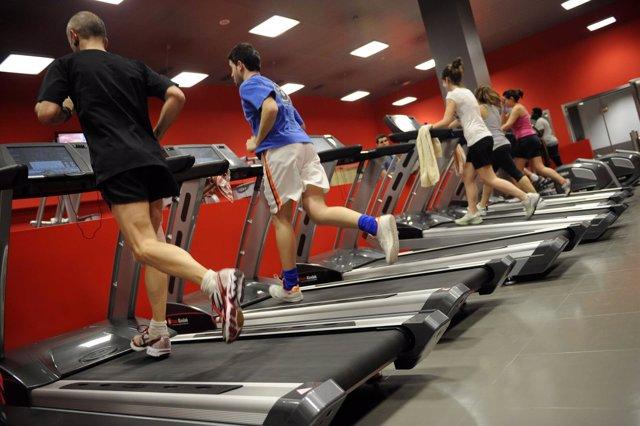 Varias personas haciendo ejercicio en un gimnasio