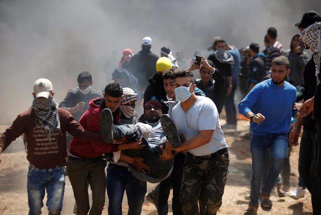 Un palestino herido evacuado durante las protestas en Gaza
