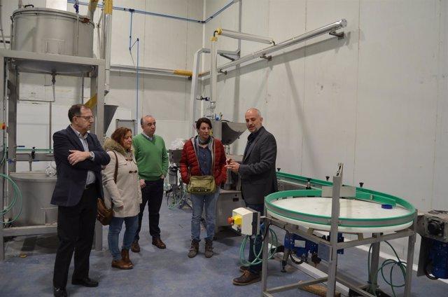 Concejales de CHA en la conservera de Atades Gardeniers en Mercazaragoza
