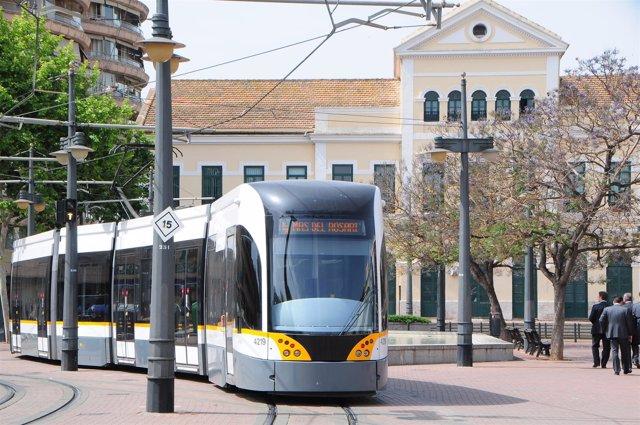 Tranvía a su paso por la estación de Pont de Fusta, en una imagen de archivo