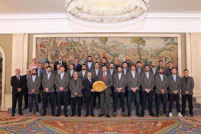 Felipe VI con la selección española de balonmano
