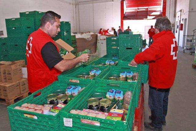 Entrega de alimentos por Cruz Roja