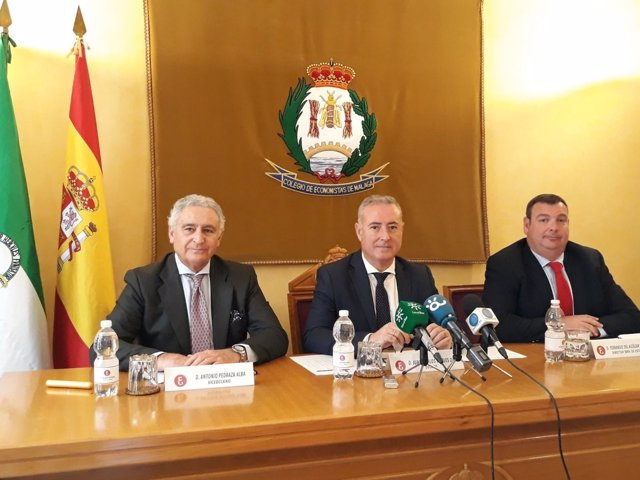 Antonio Pedraza Juan Carlos Robles y Fernando del Alcázar Economistas Colegio
