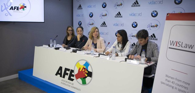 Mesa jurídica sobre fútbol femenino con Ana Rosell y Lola Herrera