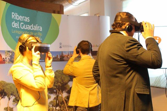 La alcaldesa de Alcalá de Guadaíra probando las gafas de realidad virtual