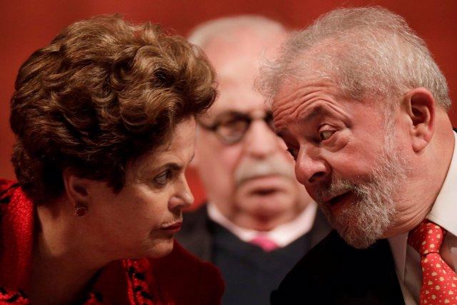 Former Brazilian President Luiz Inacio Lula da Silva speaks with former Brazilia
