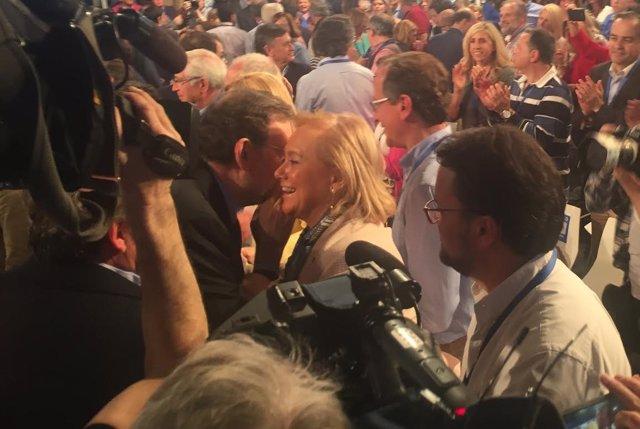 Mercedes Fernández hablando con Mariano Rajoy