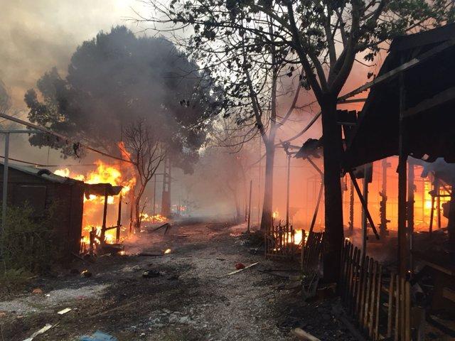 El fuego ha generado un denso humo en el campamento