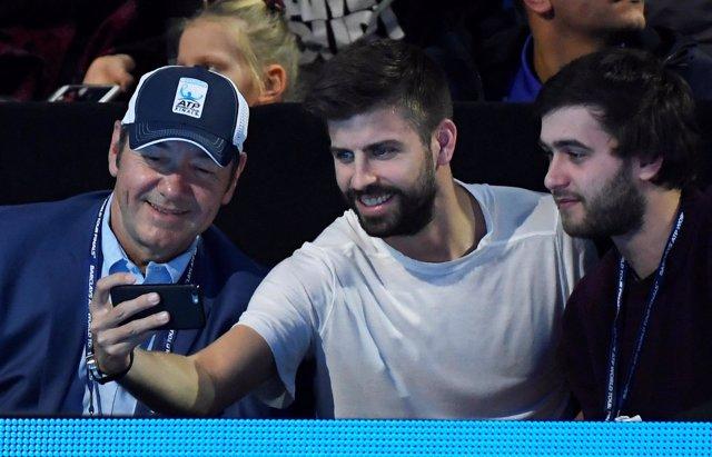 Gerard Piqué se hace una foto con aficionados al tenis
