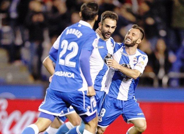 Adrián López celebra un gol con el Deportivo
