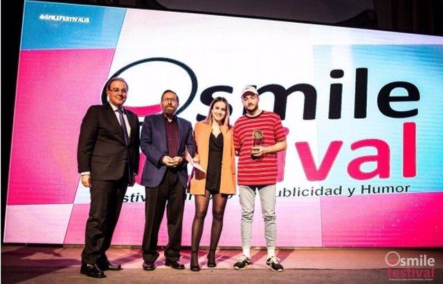 Presidente de CESINE y alumnos del centro recogen el premio en el Smile Festival