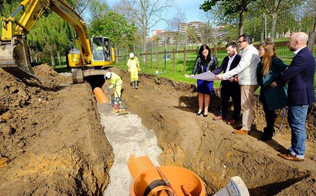 Gema Igual visita las obras de renovación del colector del parque Morales