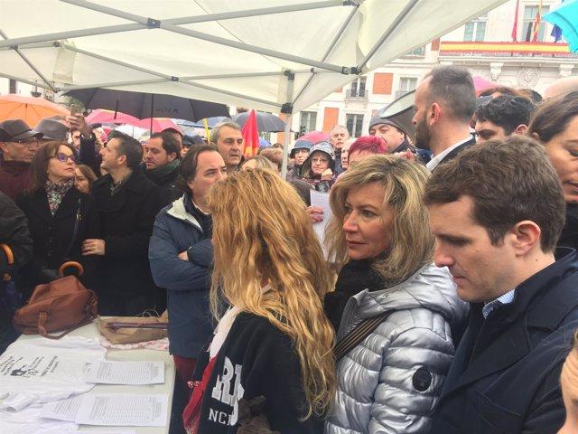 Diana López junto a su hija y el político popular del PP Pablo Casado