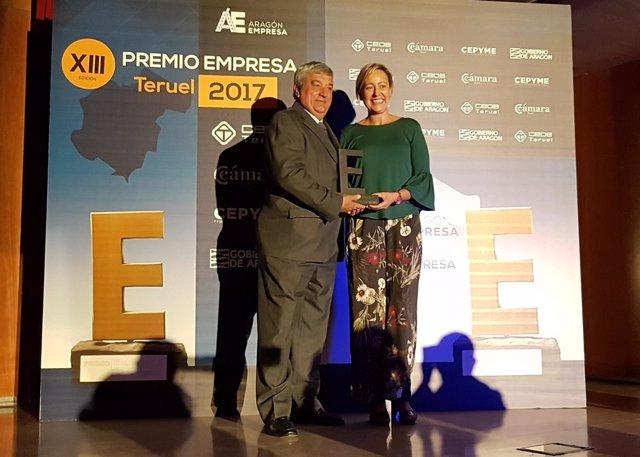 Gastón entrega el Premio Empresa Teruel al presidente de ATADI.