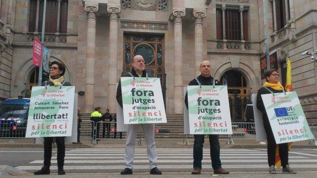 Miembros de Crida per la Llibertat delante del TSJC