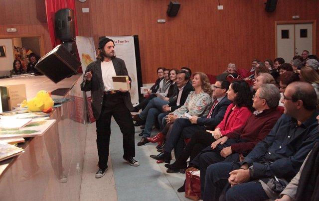 El actor Francis Quiros conduce la clausura de Tinta y papel
