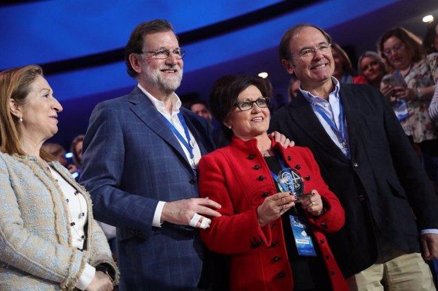 Rajoy entrega un premio a la alcaldesa de Peralta de Alcofea (Huesca).