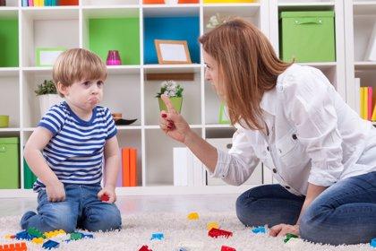 Cómo el uso de consecuencias puede emplearse para educar a los hijos