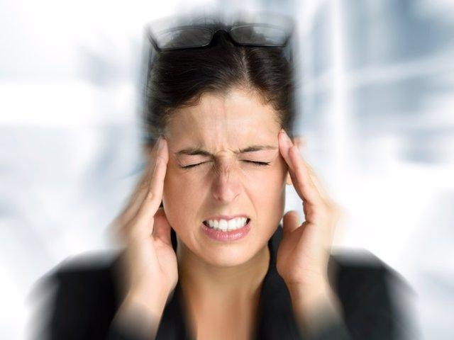 mujer con dolor de cabeza