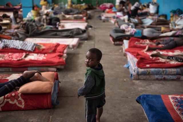 Un niño en un centro de detención para migrantes en Libia