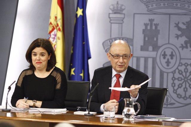 Soraya Sáenz de Santamaría yCrístobal  Montoro tras el Consejo de Ministros