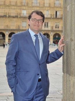 F.Mañueco, posa desde el balcón del Ayto de Salamanca 8-4-2018